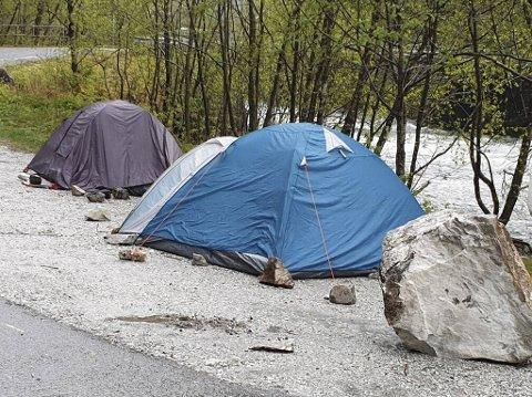 Bare flaks gjorde at de to teltene ikke ble truffet.