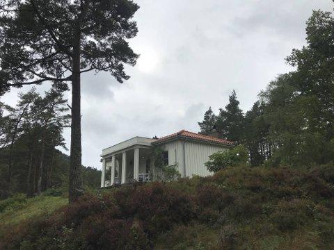 Det gjer inntrykk å kome over den tempelaktige fasaden midt i skogholtet ved Bjørnefjorden. Frå nedsida – like ved fjorden – ser bygget lite ut. på baksida skjuler det seg ein lengre fløy.