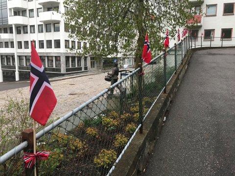 Tollboden pyntet med flagg markerer den store dagen på Nordnes, 3. mai.