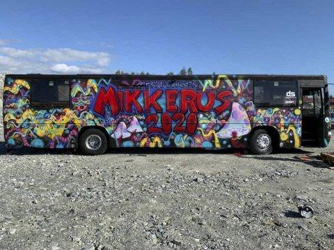 Den ramponerte russebussen til Mikkerus-gjengen har fått alt utstyr på plass og er nå klar til å rulle. Bussen er malt av gatekunstneren Mr Adolfito.