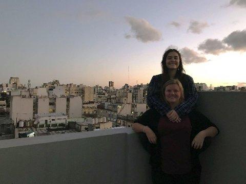 Det nakne taket på hostelet er det eneste stedet Maria Aardal og Mona Paulsen har kunnet oppholde seg utendørs i løpet av syv uker i Buenos Aires.