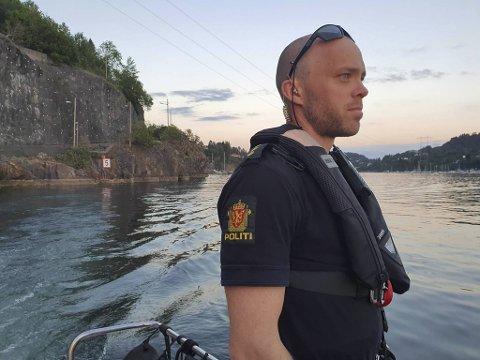 Politibetjent Eirik om bord i «Kjølen» mener de hvite skiltene med rød kant som viser fem knop i Dolviken, bør være greie å få øye på.