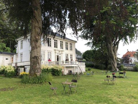 På fremsiden av Christinegården kan du få servering i hagen.