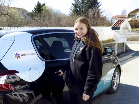 En frivillig i Trondheim foran en bil som brukes til kjøretjenesten. Bildet er hentet med tillatelse fra Kreftforeningen.