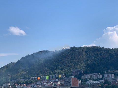 Brannen på Løvstakken er synlig i store deler av Bergen.