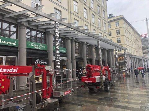 De 24 nye Bård Breivik-søylene på Torgallmenningen ser nå dagens lys. Innen neste fredag skal utpakkingen være ferdig, så starter montering av glasstaket.