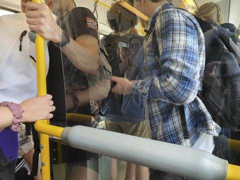 Mange passasjerer bryr seg tilsynelatende mer om å komme frem enn å ta ansvar for eget og andres smittevern.