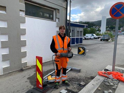 Tor Rygg Lønning (22) i Bydrift Bergen har fått jobben med å justere bommen.