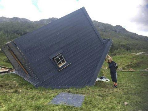 Ekteparet ble helt paff da de fant hytten liggende på taket. Her står Solveig Follesø og forsøker å gi den førstehjelp.