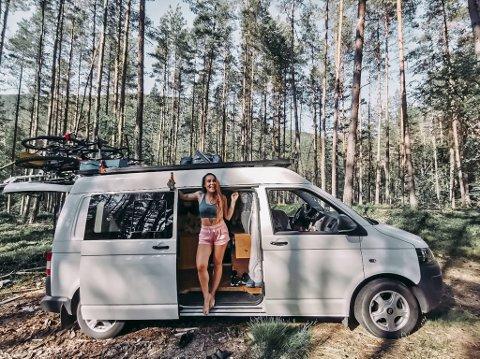 – Både jeg og kjæresten min elsker å reise, så vi bestemte oss for å leie ut leiligheten vår på Laksevåg i to år og kjøpe en van. Den har vi nå renovert, og skal reise rundt i Norge med. Med mindre utgifter er det også lettere å leve på kunsten, og reisene gir forhåpentligvis mye ny inspirasjon til kunsten min også, forteller Siri Røiseth (29).