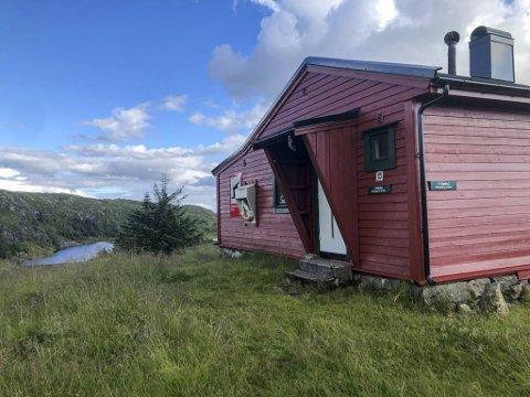 I denne hytten kan du søke ly dersom du er skadet eller værfast. Årstadhytten er byfjellets eneste hytte med status som nødbu, etter at de har sørget for full tilrettelegging.