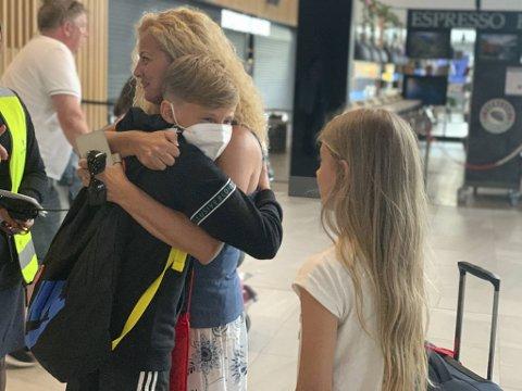 Det var stor gjensynsglede da Carlos (12) landet i sitt nye hjemland. Her gir han tante Marta Martin Garcia en god klem.