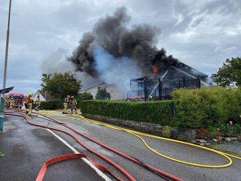 Det brant kraftig i bolighuset på Husnes mandag. FOTO: John Karl Sætre, Kvinnheringen