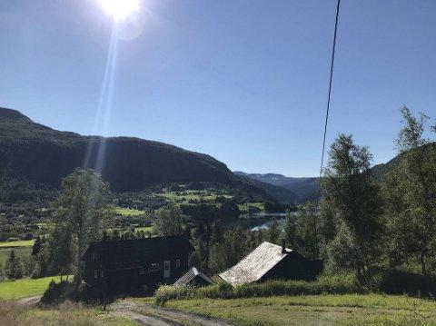 Den sjarmerende hytten ligger i Myrkdalen.