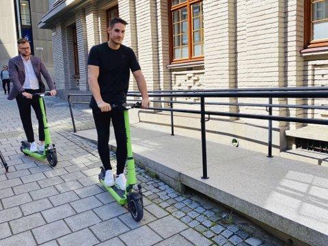 – Det vil være alvorlig om vi må fjerne sparkesyklene, spesielt for de 30 medarbeiderne som har fått fast jobb i Bergen, sier (fra v.) styreleder Espen Rønneberg og daglig leder Johan Olofsson i Ryde. Her er de på trilletur foran tinghuset.