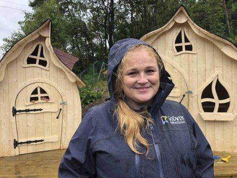 SMØRBLID: Ansatte og barna ved Godvik barnehage gleder seg over at fire nye eventyrhusene nå står på uteområdet. Her ser du en strålende fornøyd eier Frid Sage foran to av dem.