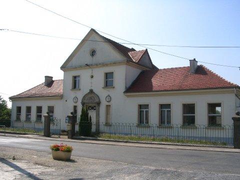 Rådhuset i Bouchavesnes-Bergen ble tegnet av Ole Landmark. En liten fransk landsby endte derfor opp med et rådhus som ligner på 1700-tallsanlegg i Bergen. Fremdeles pryder Bergens byvåpen inngangspartiet.