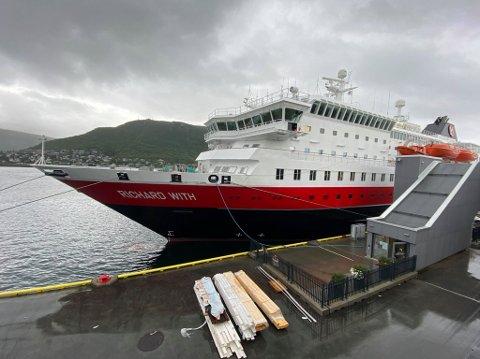 SMITTEMISTANKE: En av passasjerene på Hurtigruten-skipet Richard With er testet etter å ha rapportert om symptomer på koronasmitte.