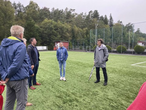Idrettsbyråd Endre Tvinnereim (t.h) hadde fredag tatt turen til Alvøen. Der kom han med en skikkelig gladmelding.