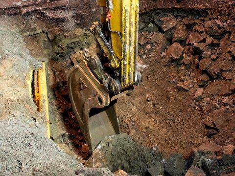I styrehuset har gravemaskinførerne full oversikt over arbeidet via GPS-skjermer. Det har også tyver fått med seg.