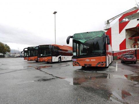 Bussene ankom fra Polen og Tsjekkia søndag. Noe av plasten er fortsatt på, og ingen av dem har fått registreringsskilt ennå.