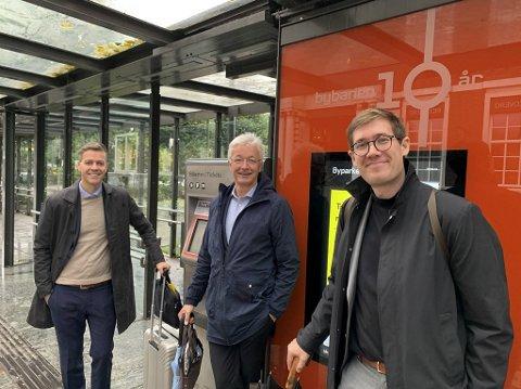 Knut Arild Hareide (KrF) sammen med fylkesordfører Jon Askeland (Sp) og byutviklingsbyråd Thor Haakon Bakke (MDG).