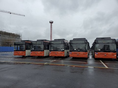 Åtte slike el-busser skal kjøre på land mandag. Fra desember skal 88 slike kjøre rundt i bygatene som rutebusser.
