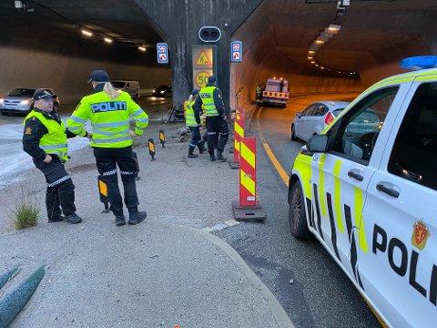 Ulykkesbilen med tre personer krasjet i en dekkstabel mellom tunnelåpningene og havnet over i motsatt kjørefelt til venstre i bildet.