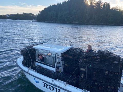Daglig leder Tom Steffen Thomsen og Per Olav Sand i ROVpartner AS i Flekkefjord rensker Fanafjorden for teiner.