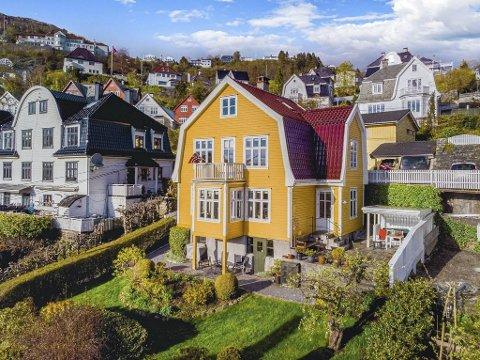 Nubbebakken ligger mellom Fløen og Kalfarveien, og er regnet for et av byens mer fasjonable strøk. Interessen for det gule huset i forgrunnen var upåklagelig.