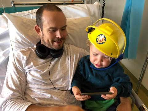 Jørgen Teien Blystad (33) fra Bergen overlevde et dramatisk fall på ca. 15 meter i Hurrungane i Luster for noen uker siden. Her har han fått besøk på Haukeland av sønnen på snart tre år.