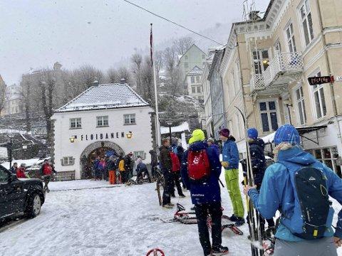 Køene var lange utenfor Fløibanen søndag. Mange ville opp og nyte byens vinterlige tak.