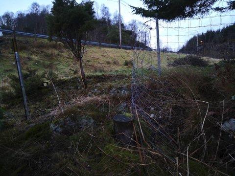 Gjerdet inn til familiens eiendom i Aurebekken er klippet opp og ødelagt.