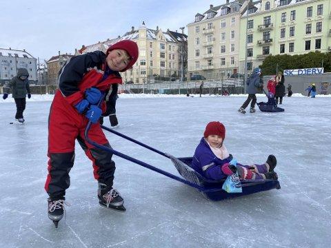 Ilija (8) og Frida (6) koser seg med den splitter nye skøyteisen på Møhlenpris.