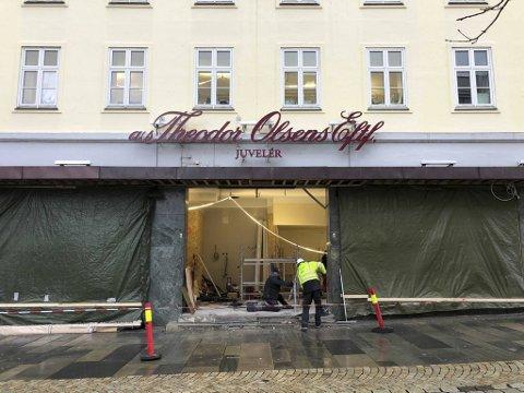 I desember var det hektisk byggeaktivitet i inngangspartiet til den nye restauranten på Torgallmenningen.