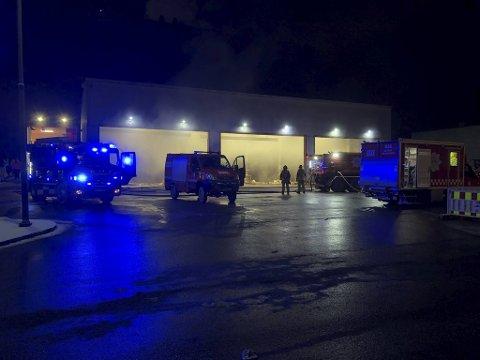 Det var ansatte hos Bir som oppdaget brannen like før klokken 0430 torsdag morgen. Tre personer ble evakuert.