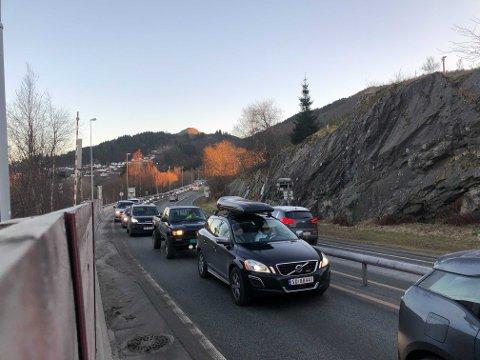 Det var lang kø ved Nordhordlandsbroen på Hordvik-siden etter at en bil sperret et felt på broen tirsdag ettermiddag.