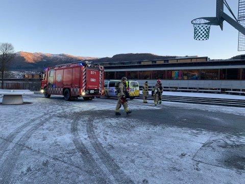 Både brannvesen og politi rykket ut til Storetveit skole.