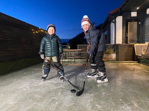 Olai Johan (5) og storebror Liam Mathias Lundstadsveen (8) er så heldige å ha egen skøytebane på terrassen.
