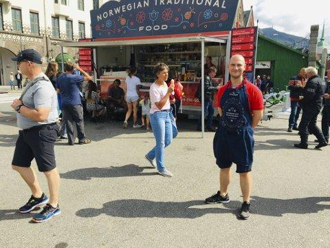 I to sesonger solgte Dennis Stokseth norsk husmannskost til turister og bergensere fra denne matvognen på Bryggen. Før jul måtte han melde oppbud.