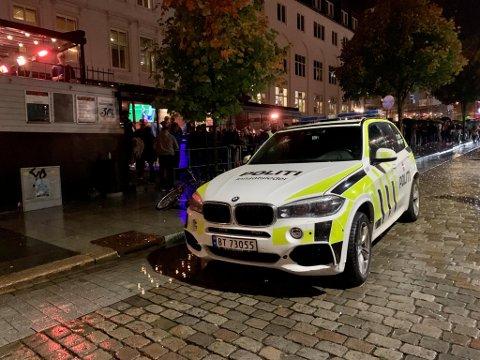 Politiet var på plass utenfor Fotballpuben like før klokken 2300 lørdag kveld.