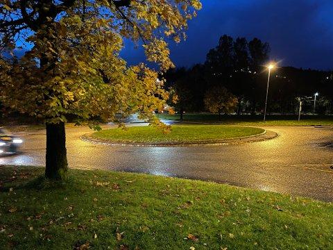 I rundkjøringen i Fyllingsdalsveien kjørte mannen imot kjøreretningen og krasjet inn i barnevernvaktens bil.