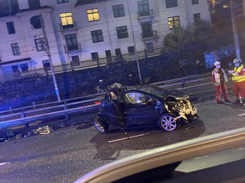 Personbilen var totalvrak etter kollisjonen.