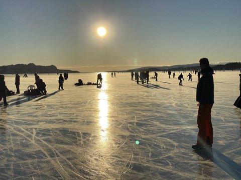 Det har strømmet til med folk til Fanafjorden i hele dag. Bildet er tatt tidligere på dagen lørdag, og er ikke relatert til gutten som gikk gjennom isen.