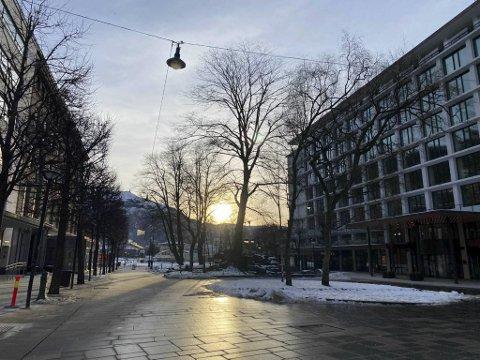Søndag formiddag dukket solen opp også i Bergen sentrum. Skydekket fra vest gir mildere vær.