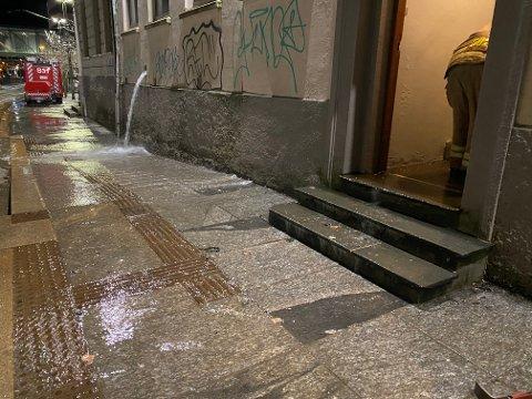 Vannet renner i strie strømmer ut fra bygget. Trappen var helt oversvømt da BA var på stedet.