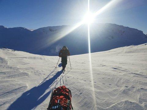 Å gå på ski over høyfjellet i februar er ingen spøk. Da hjelper det godt på når solen skinner. Her er Geir Lindberg i aksjon med pulken mellom Litlos og Sandhaug.