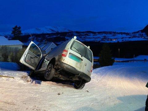 Bilen ble stående fast i en snøfonn etter uhellet.