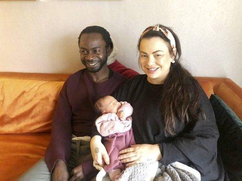 De nybakte foreldrene Musthapha Jagne og Yvonne Christoffersen avbildet kort tid etter fødselen. Bare to uker senere kom politiet på døren i Sandviken og hentet mannen.