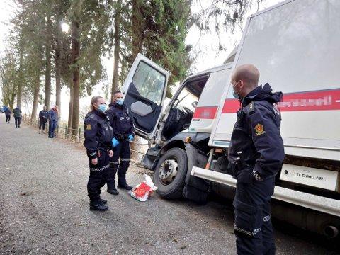 Kjøreturen endte til slutt i et gjerde i Fjellveien. Sjåføren av den stjålne bilen stakk av til fots.